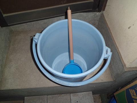 塩水を作るためのバケツとひしゃく